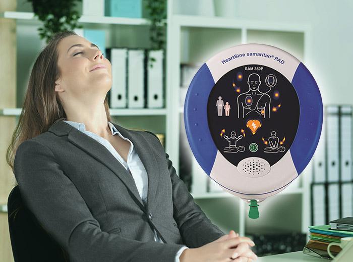 Hyra hjärtstartare med försäkring, fullservice och garanti är tryggt. Kvinna lutar sig tryggt tillbaka i sin kontorsstol.